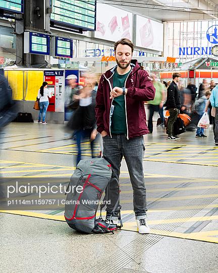 Backpacker am Bahnhof - p1114m1159757 von Carina Wendland
