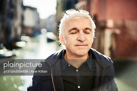 Mann mit geschlossenen Augen in Venedig - p1312m2054938 von Axel Killian