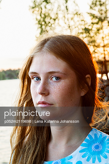Portrait of young woman with lake in background - p352m2119698 by Lena Katarina Johansson