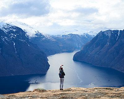 Frau macht Foto am Aurlandsfjord - p1124m1133169 von Willing-Holtz