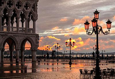 Acqua Alta in St Marks square at sunrise, Venice, Veneto, Italy - p651m2085156 by Peter Fischer