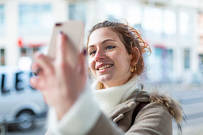 Young woman takes a selfie - p975m2223799 by Hayden Verry