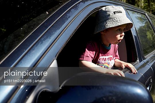 Kleiner Junge schaut aus dem Autofenster - p1511m2223028 von artwall
