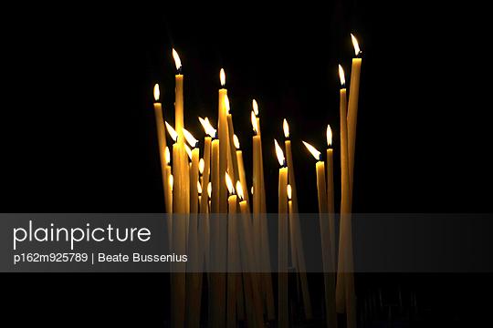 Brennende Kerzen - p162m925789 von Beate Bussenius