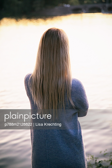 Rear view of blond woman on the banks of the Alster - p788m2128822 by Lisa Krechting