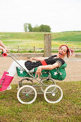 Verrückte Clownin im Kinderwagen - p045m1158849 von Jasmin Sander