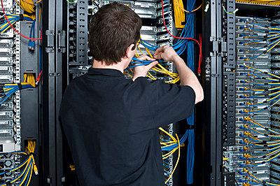 Techniker im Serverraum, Rückansicht - p1026m834461 by Slavica