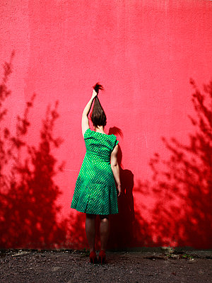 Woman wearing green dotted dress - p1105m2082586 by Virginie Plauchut