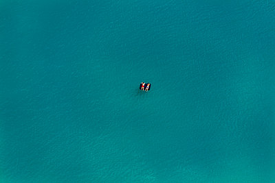 Aerial view of two bathers on airbeds, swimming lake - p300m1116690 by Klaus Leidorf