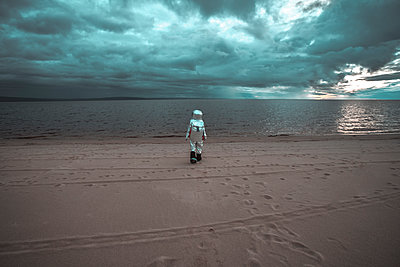 Lonely spaceman looking at lake on nameless planet - p300m2023991 by Vasily Pindyurin