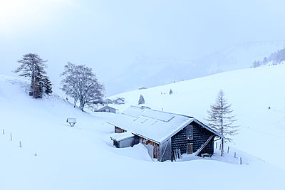 Austria, Salzburg State, Osterhorn group, mountain hut in winter - p300m2080312 by Hans Mitterer