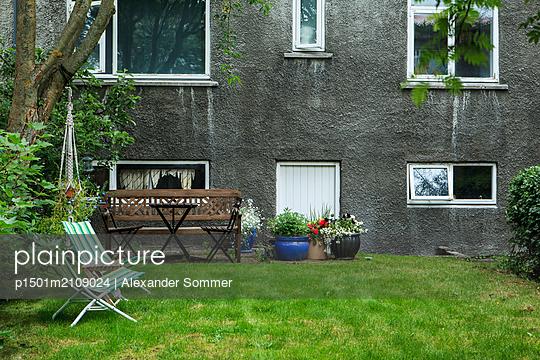 Front yard, Reykjavik - p1501m2109024 by Alexander Sommer