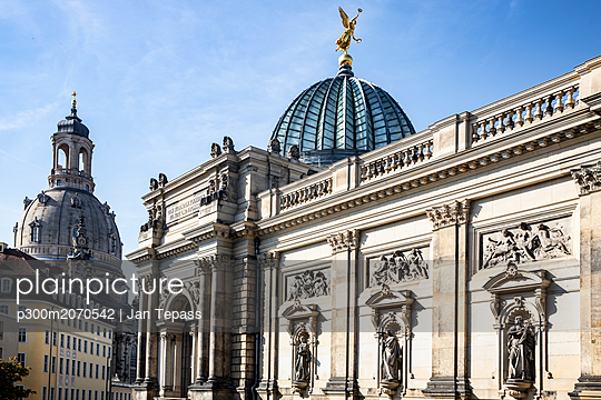 Germany, Dresden, academy of fine arts and Church of Our Lady in the background - p300m2070542 by Jan Tepass