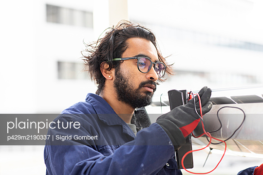 Bearded man wearing eyeglasses working on construction site.  - p429m2190337 by Sigrid Gombert