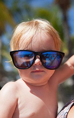 Cooles Baby mit Sonnenbrille - p045m1564800 von Jasmin Sander