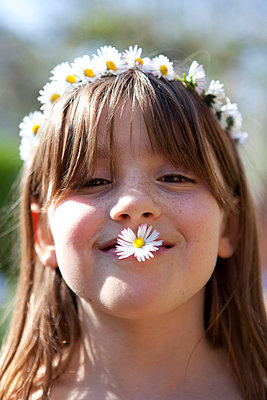 Little girl with daisies - p4410435 by Maria Dorner