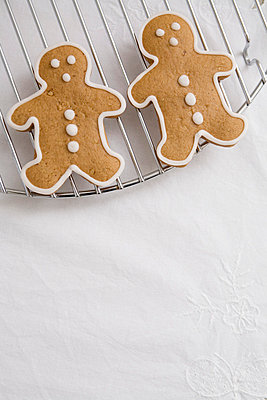 Gingerbread on white table cloth - p4470371 by Anja Lubitz