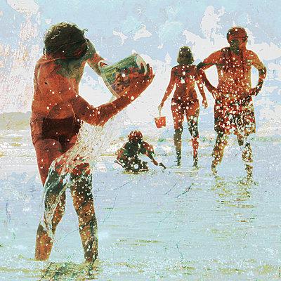 Urlauber am Strand - p567m667653 von AURELIAJAEGER