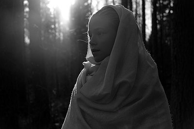 Girl wrapped in cloth in the forest - p945m2178267 by aurelia frey