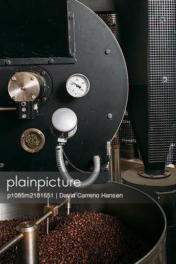Roasted coffee beans  - p1085m2181651 by David Carreno Hansen