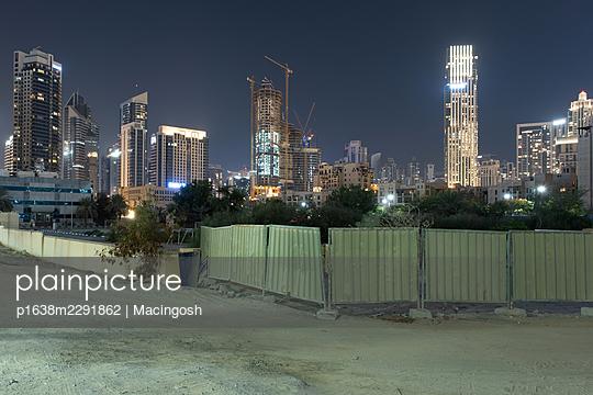 Nachtaufnahme einer Baustelle in Dubai  - p1638m2291862 von Macingosh
