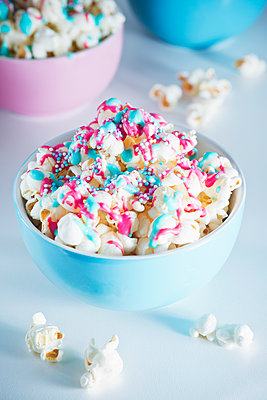 Popcorn with icing and sprinkles - p1149m1550491 by Yvonne Röder
