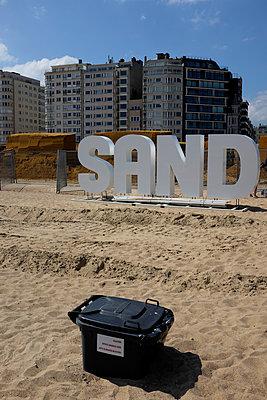 Stadt versinkt im Sand - p116m2108536 von Gianna Schade
