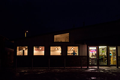 Diner at night - p1291m1548063 by Marcus Bastel