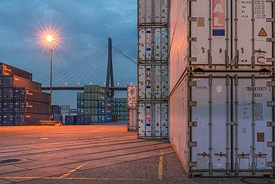 Germany, Hamburg, Waltershof, container, view to Koehlbrand Bridge in the evening - p300m2028928 von Kerstin Bittner