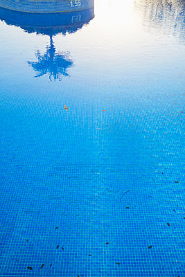 Swimming pool and mirroring - p464m2082409 by Elektrons 08