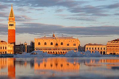 The Piazzetta San Marco, view from Isola San Giorgio Maggiore, Venice, Veneto, Italy - p651m2033778 by Peter Fischer