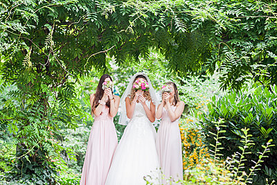 Braut mit Brautjungfern - p680m1120293 von Stella Mai