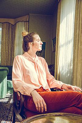 Blonde Frau am Fenster - p904m1133668 von Stefanie Päffgen