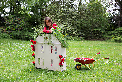 Child showing how to make your house more sustainable - p1231m2291902 by Iris Loonen