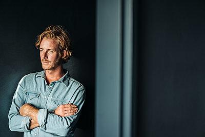 Portrait of confident blond man wearing white shirt - p300m1228182 by Kniel Synnatzschke