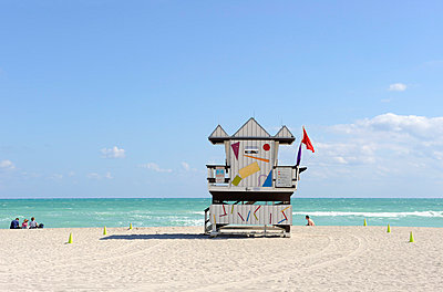Lifeguard tower - p6080018 by Jens Nieth