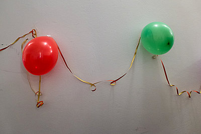 Luftballon Deko an der Wand - p627m1035434 von Christian Reister