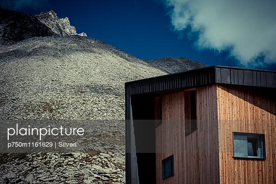 Neues Haus am Berg - p750m1161629 von Silveri