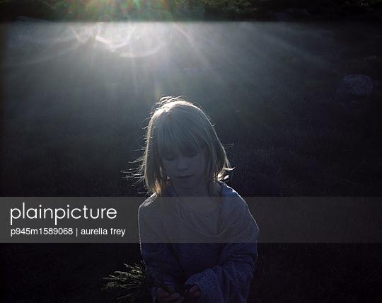 Kleines Mädchen mit Heiligenschein Effekt - p945m1589068 von aurelia frey