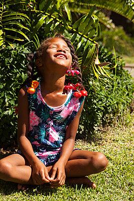Afro-girl nimmt Sonnenbad - p045m1424278 von Jasmin Sander