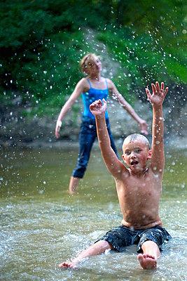 Am Fluss spielen - p1169m1054941 von Tytia Habing