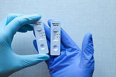 Two Covid-19 rapid tests with different results - p454m2263469 by Lubitz + Dorner