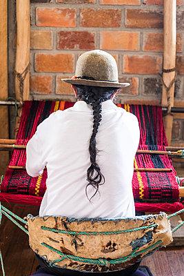 Man weaving in Ecuador - p940m1480771 by Bénédite Topuz