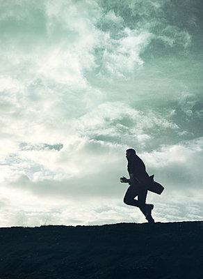 Silhouette eines Mannes - p984m2072771 von Mark Owen