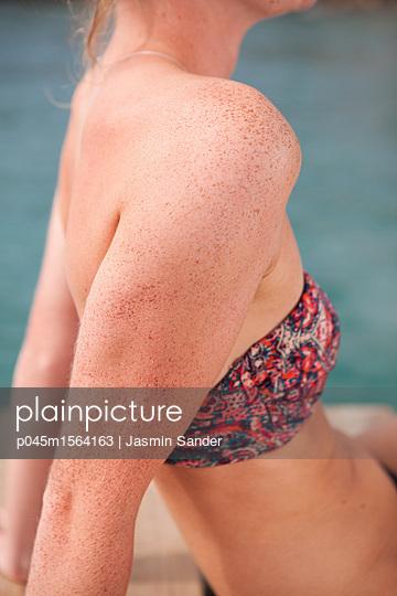 Sommersprossen auf Haut - p045m1564163 von Jasmin Sander