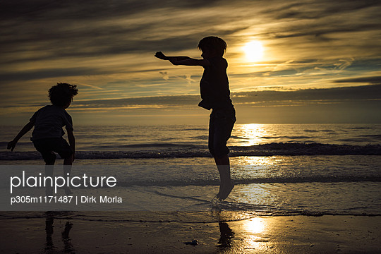 Toben am Meer - p305m1171487 von Dirk Morla