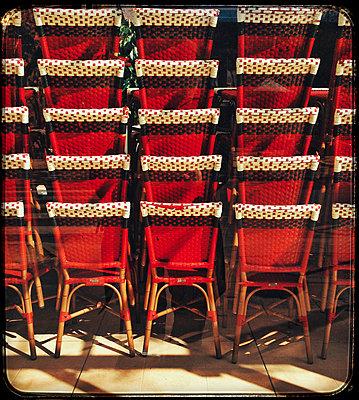 Chaises de bistrot a Paris - p567m1212534 by Alexis Bastin