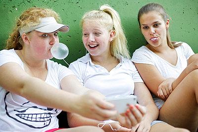 Mobile photo with gum bubble - p606m856104 by Iris Friedrich