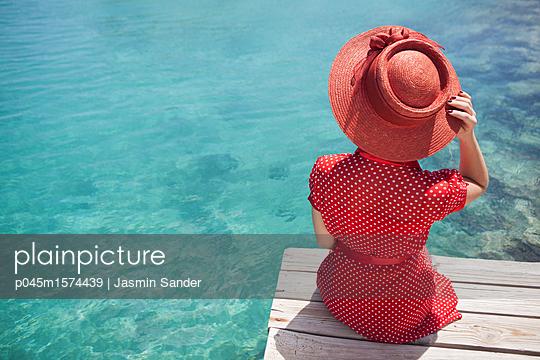 Frau genießt die schöne Aussicht - p045m1574439 von Jasmin Sander