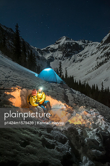 plainpicture - plainpicture p1424m1579439 - Mother and daughter camping... - plainpicture/Aurora Premium/Kennan Harvey